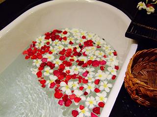 ゴージャスな花びら風呂。一人暮らしに何を求めているのかわからなくなってきます。