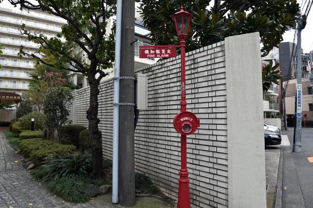 なお、近隣には大正7年創業の火災報知機メーカー「ホーチキ」があり、往時をしのばせる「MM式発信機」のレプリカが立っていた