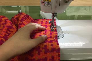 そうおもって探した布と、フリースを縫い合わせる。ミシンこわい