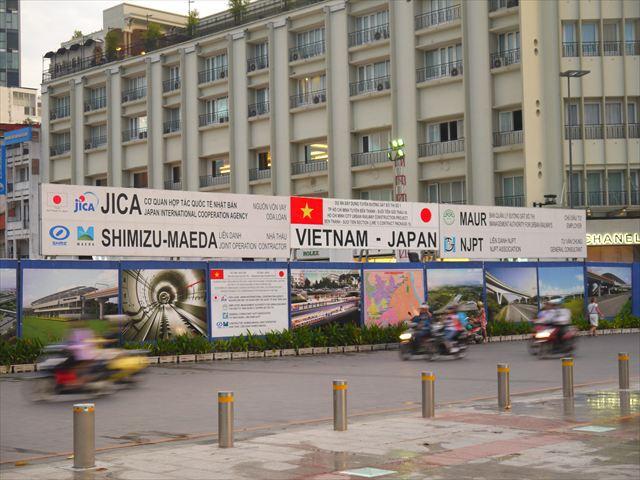 日本のODAと建設会社によって地下鉄工事進行中。