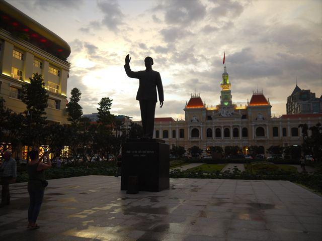 建国の父、ホー・チ・ミン像と、市人民委員会庁舎。