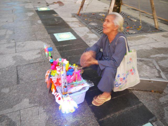 行商はこんな感じでちょくちょくいる。このおばあちゃんは「買え買え」言うばかりで会話が成立しなかった。