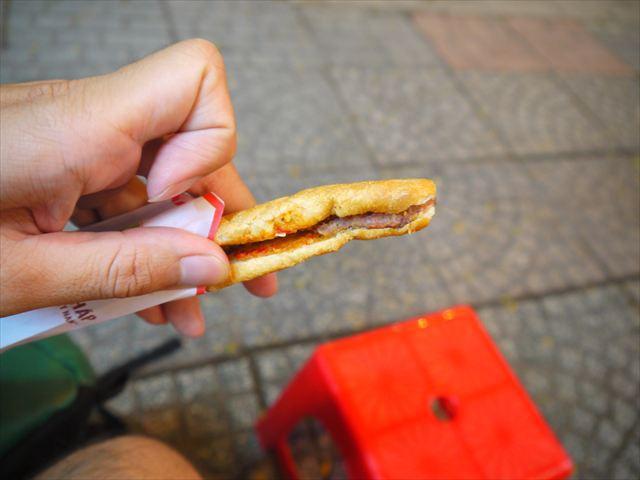 これも最近流行りのバインミークエ(レバーペーストを挟んだスナックパン)を食べつつ。