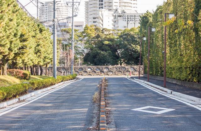新浦安駅から海に向かって500mほど行くと、あるところでその「塀」に行き当たる。