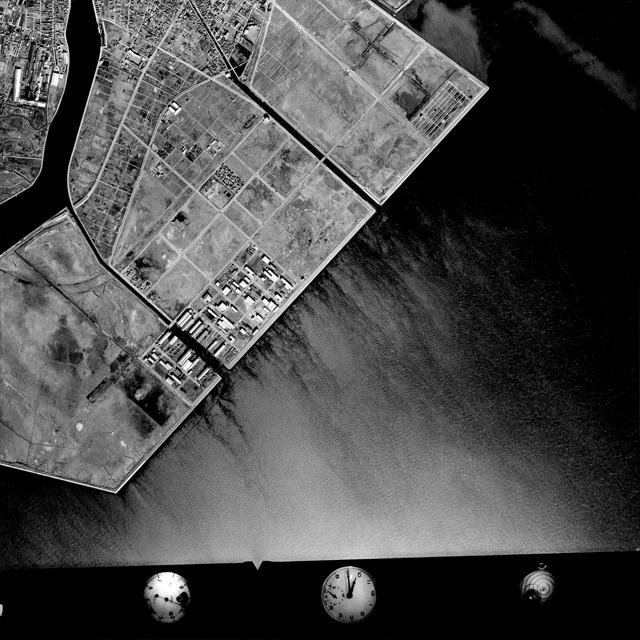 上と同じ範囲の1972年の航空写真。さっきの赤い線がまさに海に面した堤防であったことがよく分かる。それにしてもぼくが生まれた年はこんなだったのか。(国土地理院「地図・空中写真閲覧サービス</a>」より・整理番号・KT727Y/コース番号・C6/写真番号・3/撮影年月日・1972/12/13(昭47))