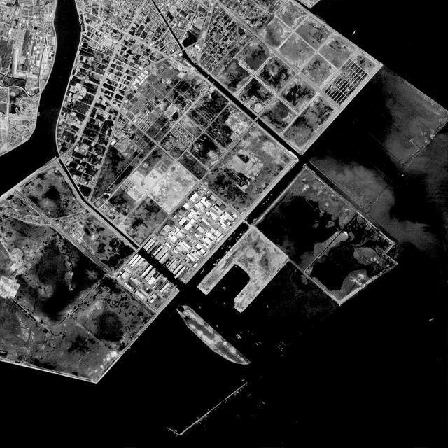 3年後の1975年に第2期埋め立てがはじまる。そのころの様子。堤防が「えっ? そこに? 陸つくっちゃうの?」って言ってそう。(国土地理院「地図・空中写真閲覧サービス</a>」より・整理番号・KT756Y/コース番号・C4/写真番号・22/撮影年月日・1975/05/22(昭50))