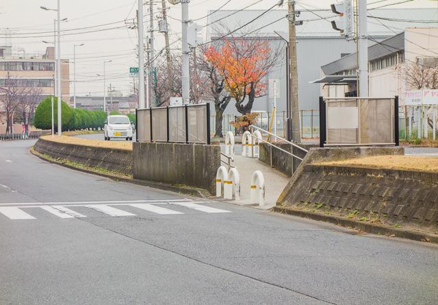 横断歩道も、堤防部分スロープを経由しなくてはならない。