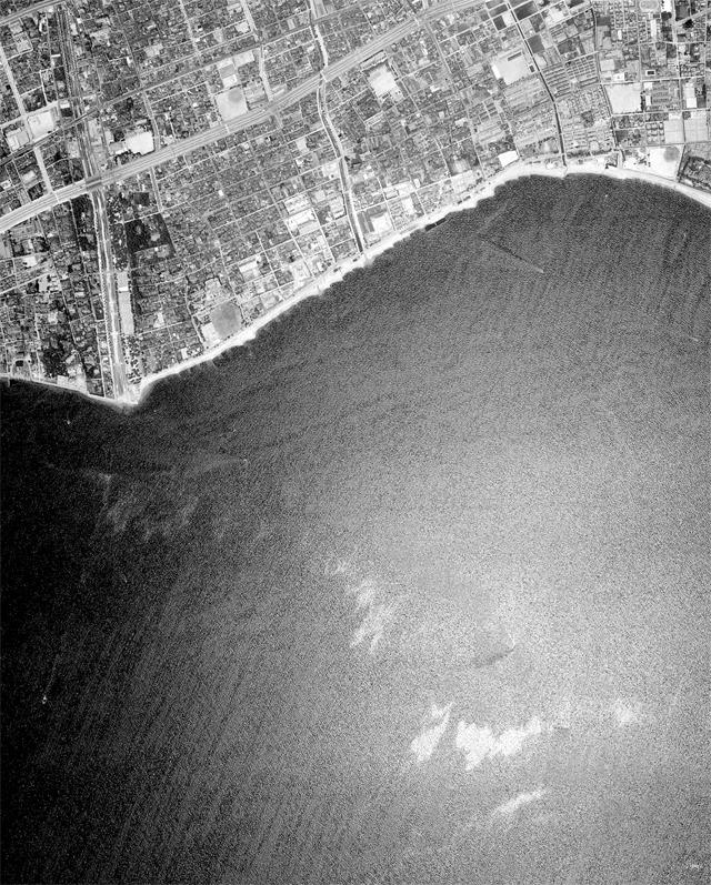 本ページ冒頭地図と同じ範囲の1964年の様子。「夕方になると犬をつれて海岸を散歩したものさ。砂浜で犬を放してぼんやりしていると何人かのクラスの女の子たちに会えた。運がよければ、あたりがすっかり暗くなるまでの一時間ぐらいは彼女たちと話し込むことだってできた」の時代。  (国土地理院「地図・空中写真閲覧サービス</a>」より・整理番号・MKK643X/コース番号・C5/写真番号・5/撮影年月日・1964/06/07(昭39))