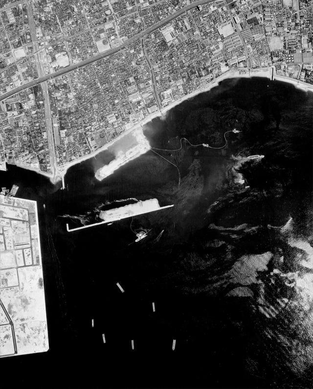 1971年の様子。埋め立てが始まっている。おそらくこのすこし前に主人公の「僕」は芦屋を離れている。(国土地理院「地図・空中写真閲覧サービス</a>」より・整理番号・MKK712X/コース番号・C5/写真番号・6/撮影年月日・1971/05/09(昭46))