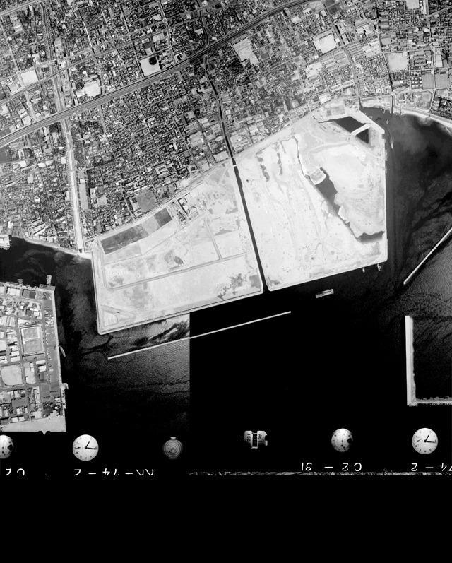 1974年の様子。この翌年に埋め立て造成完成。(国土地理院「地図・空中写真閲覧サービス</a>」より・整理番号・MKK742/コース番号・C2/写真番号・30/撮影年月日・1974/05/12(昭49)と整理番号・MKK742/コース番号・C2/写真番号・32/撮影年月日・1974/05/12(昭49)をつなげて使用)