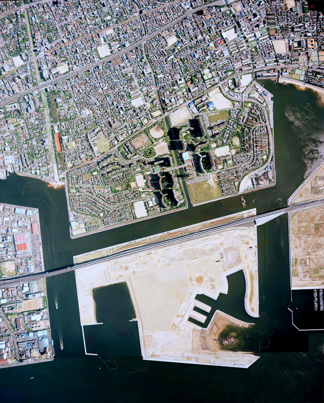 さらに時代が下って1994年。次なる沖の埋め立てが行われている。この沖の埋め立て造成完了はこの写真の3年後、1997年。(国土地理院「地図・空中写真閲覧サービス」より・整理番号・CKK941/コース番号・C13/写真番号・19/撮影年月日・1994/05/19(平6)と整理番号・CKK941/コース番号・C13/写真番号・20/撮影年月日・1994/05/19(平6)をつなげて使用)