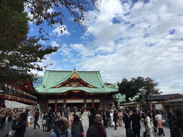 派手な配色ばかり見ていたらクラクラしてきたので、神田明神に来た。空が広い。