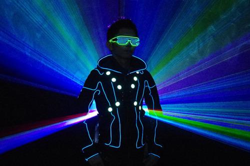 光るグッズ専門店「ハッピージョイント」さんインタビュー(一番の売れ筋がこの「ELダブルシェードサングラス」)(画像提供:ハッピージョイント)