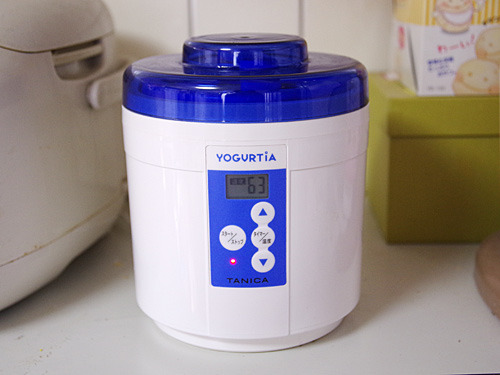 温度調節ができるヨーグルトメーカーで湯煎します。この道具が気になる方はこちらの記事参照。