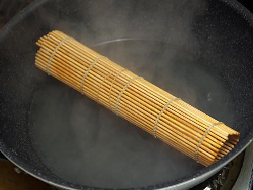 塩をして臭みを抜き、巻き簾で筒状にして酒蒸しにする。フライパンに乗せるとちょうど底から浮いてくれるんですよ。