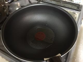 フライパンを強火で熱して、油大さじ1を加え   溶き卵を加え半熟にして… 温まったら…