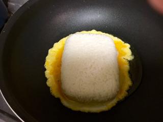 どーんと温めたパックごはんを投入。
