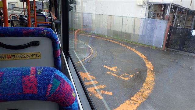 バスがターンテーブルに乗る
