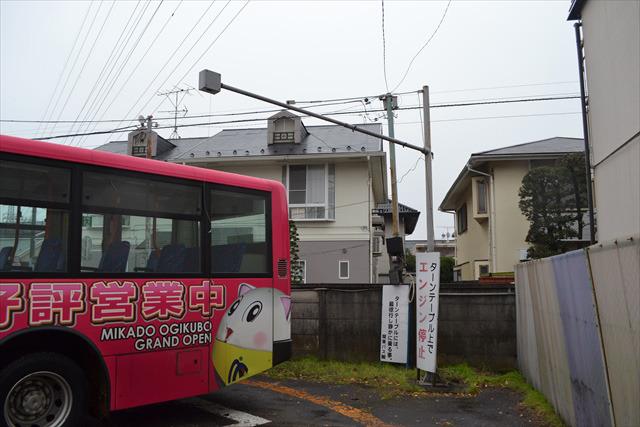 バスの上にある四角い箱からひもが垂れ下がっており、それを引っ張ると、ターンテーブルが回転をはじめる
