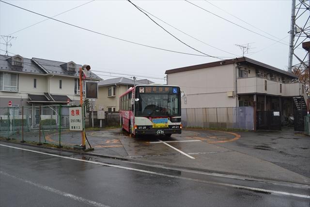 バス停のまわりはアパートや一軒家などが立ち並んでいる
