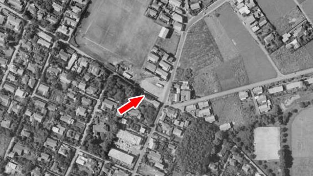 やはり周りは畑だらけだ(矢印は停留所) (国土地理院「地図・空中写真閲覧サービス」より・整理番号・MKT636/コース番号・C6/写真番号・4/撮影年月日・1963/06/26(昭38))