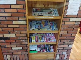 雑誌や新聞がたっぷり。