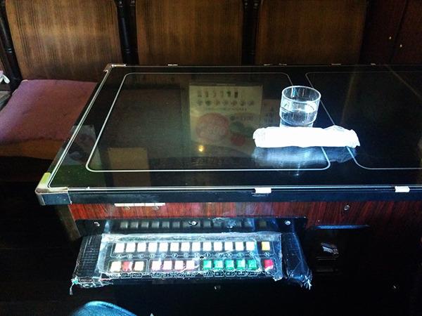 テーブルが麻雀のゲーム機なコメダ。