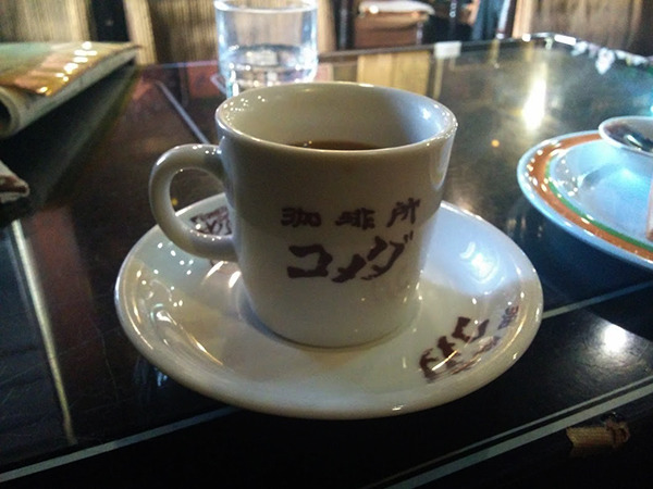 コーヒーカップは他のお店と形も、ロゴの色も内容も違う。