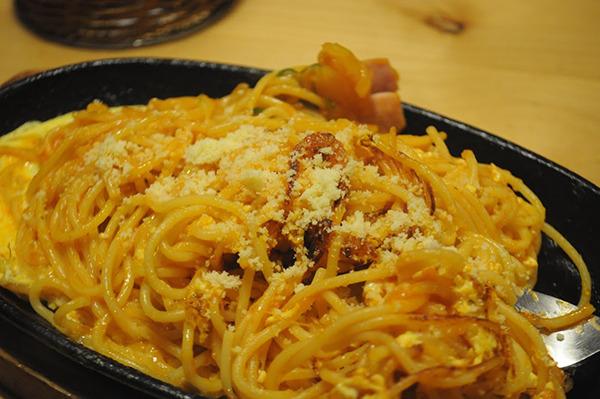レトロスパゲッティと名乗っているが結構モダンな味付けだったので、チーズたっぷりとタバスコをかけてジャンクさを増して卵のまろやかさと合わせるとすっげぇ美味い。