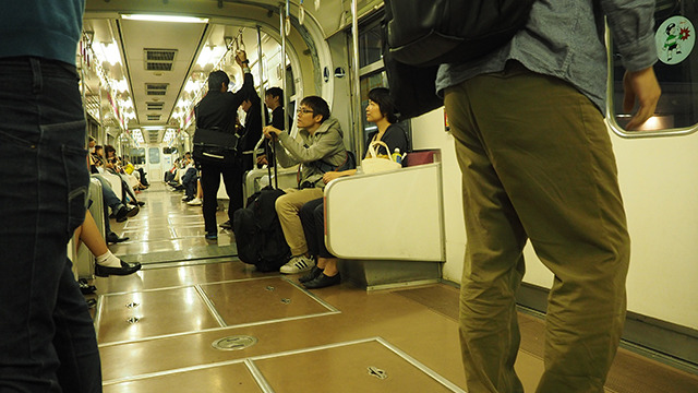 キャリーバッグを杖のように使う石川さん。おじいちゃんみたいに見えてきた。