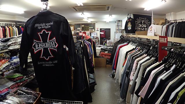 店内にずらりと並ぶ不良の服。