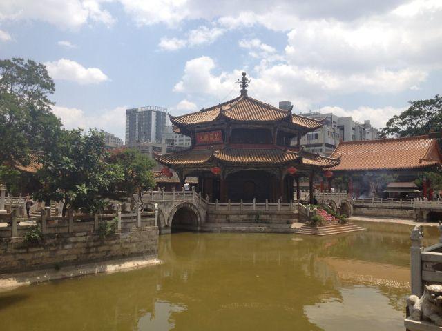 雲南省の見どころ「円通寺」。ガイドブックで紹介されている。