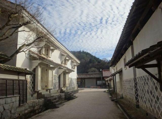雲南市の吉田町の鉄産業で築いた白い蔵