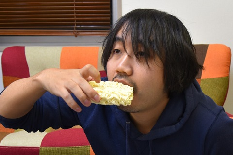 そのままボリボリとかじるのです。ラーメンというよりスナック感覚。ちなみにこの食べ方は、初期の『こち亀』でも紹介されていた