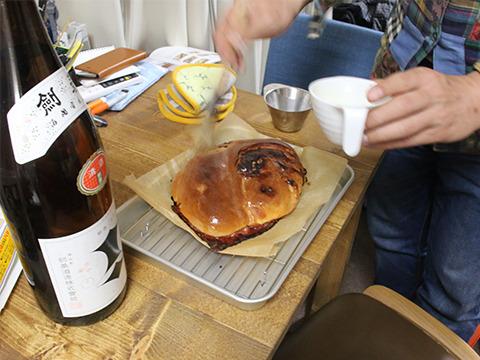 このサイズのパンに約半合の日本酒を染み込ませる。
