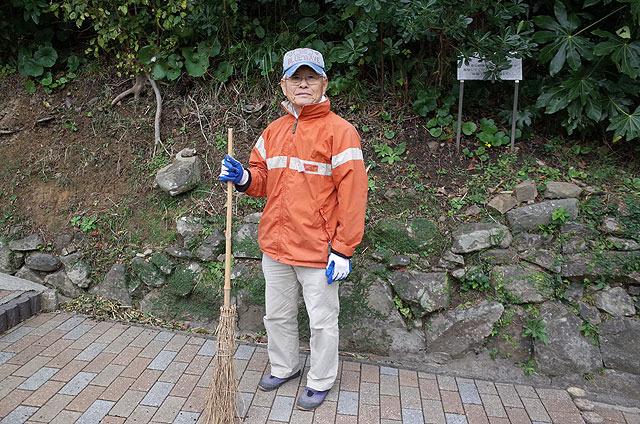 伊王島灯台記念館の管理人・向井進さん。