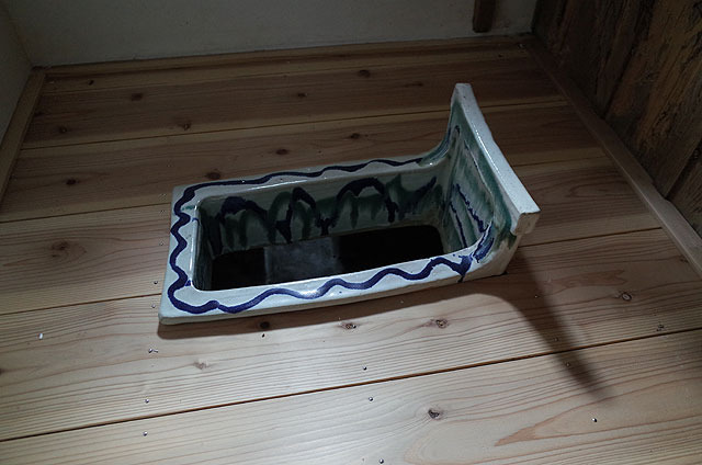 灯台長専用便器は、高級感溢れる模様入り(!)の陶器。