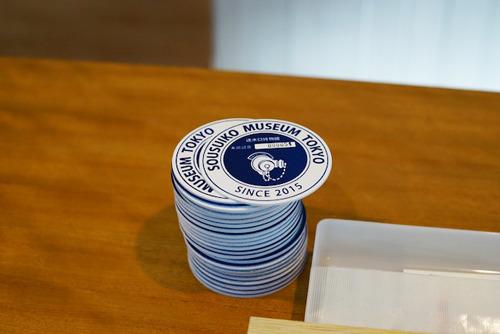 来館して記帳するともらえるシリアルナンバー入りのオリジナルコースターも社長のデザイン。