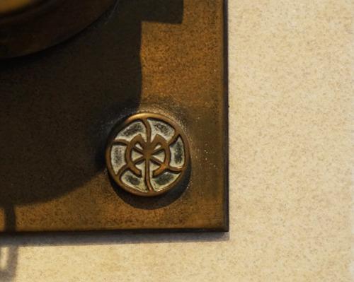 これが村上印、古い送水口には製造会社のロゴが記されているものも多い。