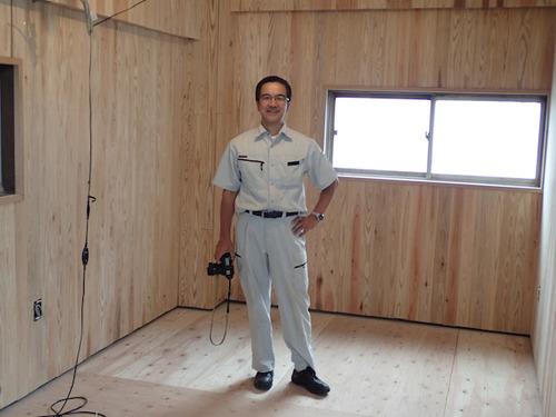 木工壁面の取り付けも社長の手によるもの。