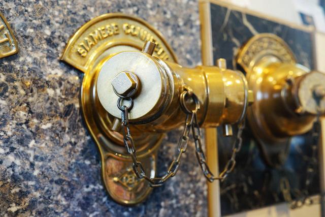 前述のブリジストン美術館の送水口。村上製作所と双肩をなすメーカー「建設工業社」製。