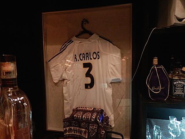 常連さんがくれて狂喜したというロベルト・カルロスのサイン入りユニフォーム