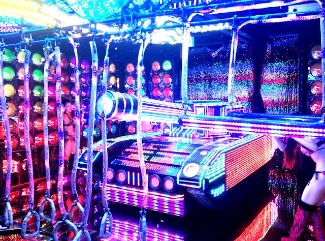ロボットレストラン。浮かれ電飾の極北。