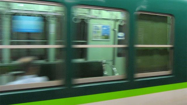 動いている電車が視界の大半を占めると、自分の方が動いていると感じてしまう