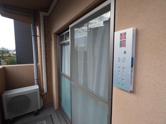 屋外に設置することで、部屋の中と外の関係がひっくり返る。つまり「部屋の外」が「エレベータの中」ということになるのだ