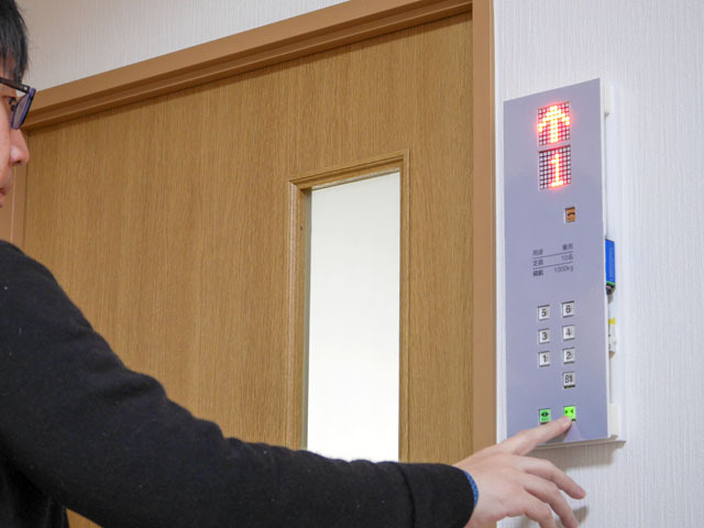 どこにいてもエレベータに乗っている気分が味わえる装置、その名も「どこでもエレベータ」