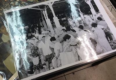 事務所で見せていただいた昔の農連市場の写真。人がすごい