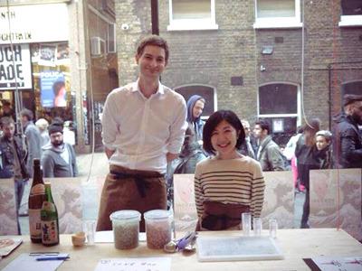 イギリスで働いていた頃のクリスさん。この数年後、日本酒を目指して日本に渡ることとなる。