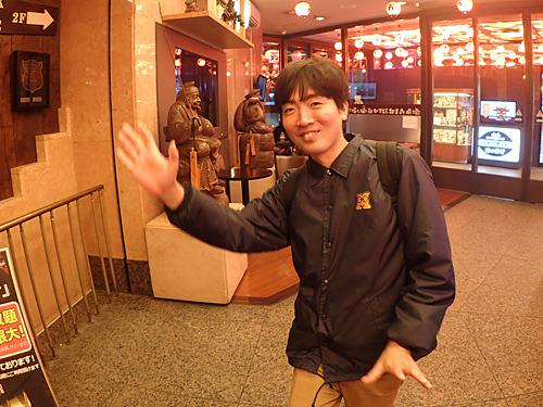大阪から4列シートの夜行バスでやってきたスズキナオさん。
