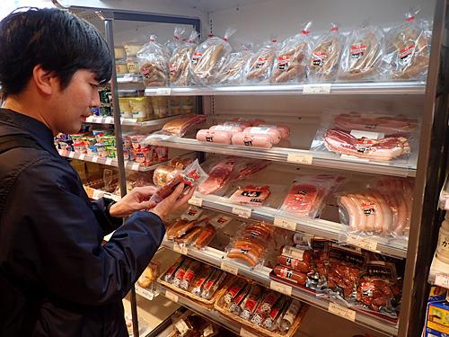 垂涎の万世コレクションから吟味して、屋外での食べやすさ優先で生ハムをセレクト。